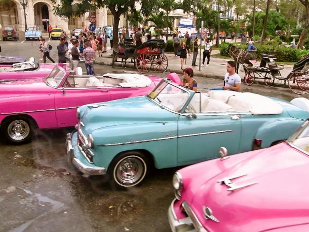 1961年以前に米国から入ったアンティーク車が磨かれて観光客用のタクシーになった=ハバナで