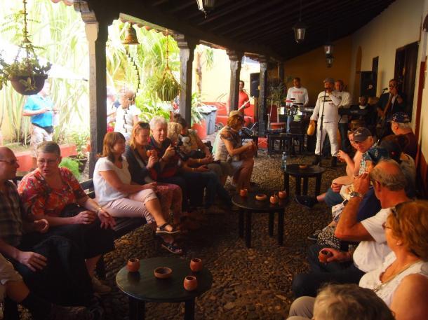ユネスコの世界遺産に指定されたキューバ中部の街でカクテルと演奏を楽しむ海外からの観光客=トリニダーで