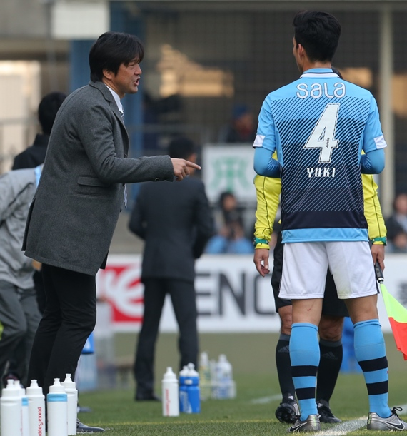 試合中、小林(4)に指示を出す磐田・名波監督=2016年2月27日、静岡県磐田市のヤマハスタジアム