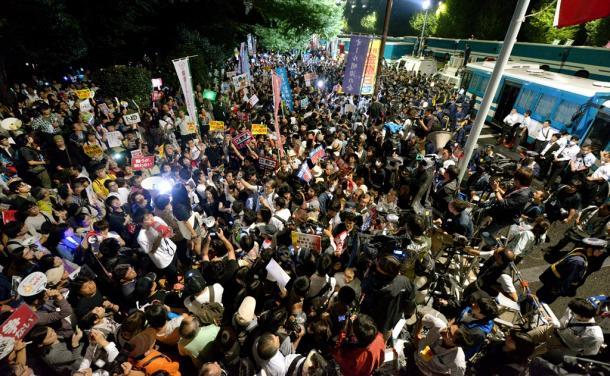 国会前で安保関連法案に反対の声をあげる人たち=2015年9月18日