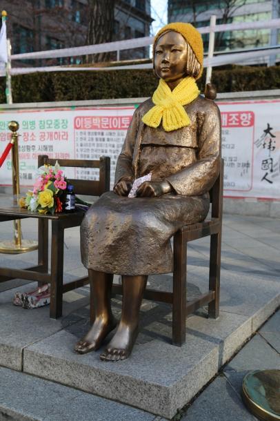 ソウルの旧日本大使館前に設置された慰安婦問題を象徴する「少女像」