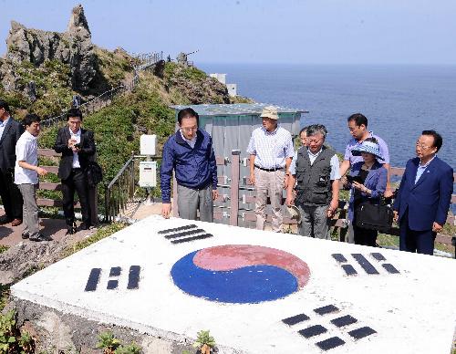 2012年8月10日、竹島(韓国名・独島)に上陸した当時の李明博大統領(左から3人目)=東亜日報提供