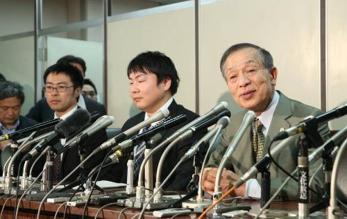 写真・図版 : 最高裁判決を受け、記者会見する遺族側代理人