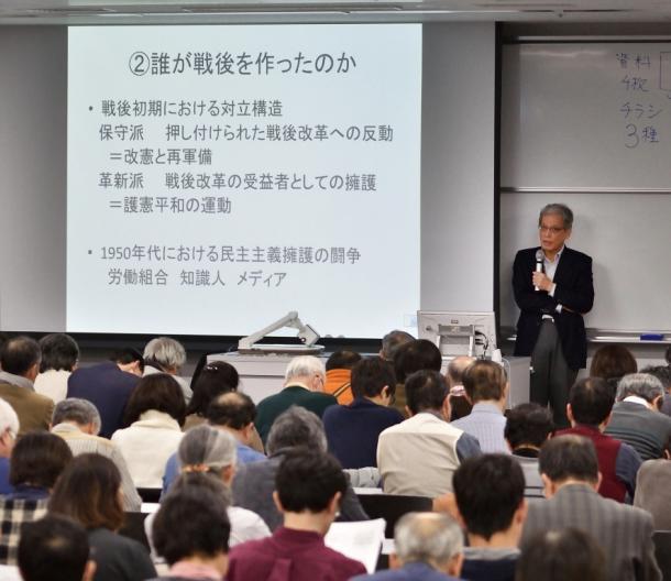 山口二郎教授の話に聴き入る人たち