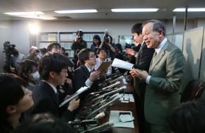最高裁判決後、報道陣の取材に応じる浅岡輝彦弁護士(右端)ら