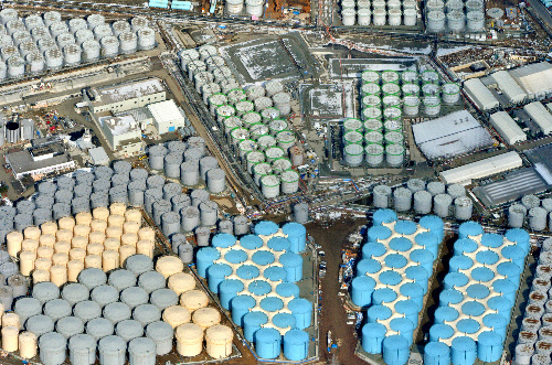 写真・図版 : 東京電力福島第一原子力発電所の敷地内に林立する汚染水タンク=2016年2月3日、本社ヘリから、仙波理撮影