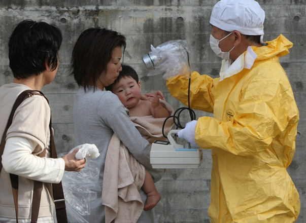 除染後に再度、放射線チェックを受ける赤ちゃん=2011年3月14日、福島県二本松市
