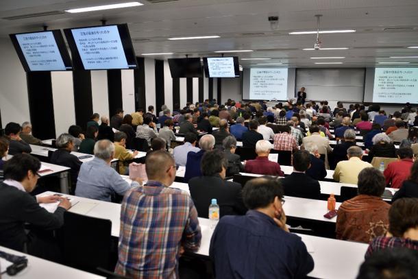 写真・図版 : 山口二郎教授の話に聴き入る人たち