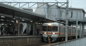 男性が構内で列車にはねられたJR東海道線共和駅=愛知県大府市