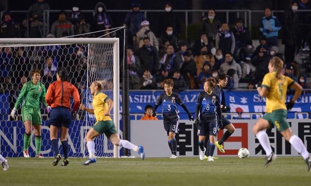 オーストラリア戦の前半、先制点を許し、厳しい表情の日本の選手たち=年月日、大阪・キンチョウスタジアム