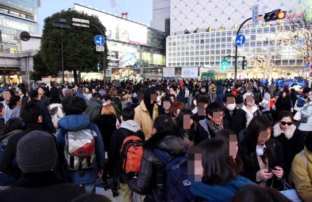 おおぜいの人が行き交う渋谷駅前のスクランブル交差点