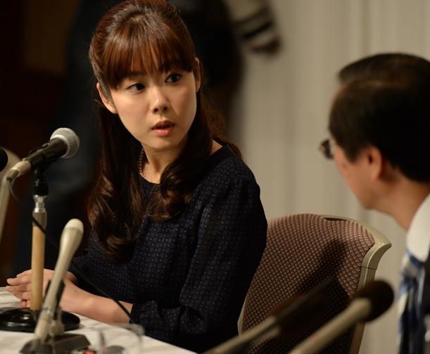 記者会見で質問の内容を弁護士に確認しながら答える小保方晴子氏=2014年4月9日、大阪市北区