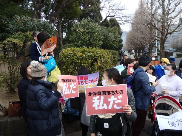 3月5日の国会前。コールやスピーチはなく、集まって雑談するだけのゆるやかな抗議行動だった