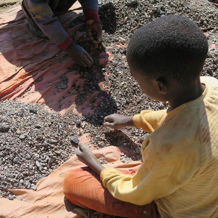 写真・図版 : コバルトの採掘で行われている児童労働。アムネスティの報告書から。