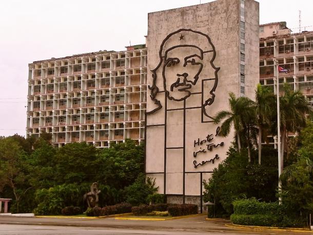 革命広場に面した内務省の壁にもゲバラの顔が浮き上がる=ハバナで