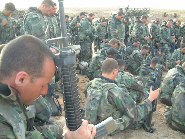 写真・図版 : 記者が従軍した海兵隊の部隊で、味方の車両に就寝中にひかれるという事故に巻き込まれて亡くなったジム・カーリーさんを弔う兵士たち=2003年4月、イラク中部