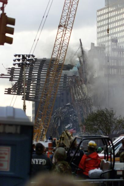 写真・図版 : 同時多発テロから2週間、事件の傷痕を伝えるシンボルとなっていた世界貿易センタービル南棟の外壁が取り壊された=2001年9月26日、ニューヨーク