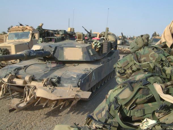 写真・図版 : 米海兵隊の戦車=2004年4月、イラク中部
