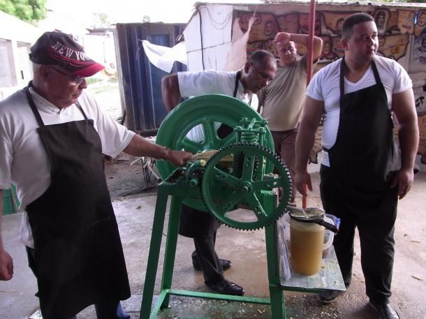 サトウキビのジュースを売る人々=ハバナ郊外で