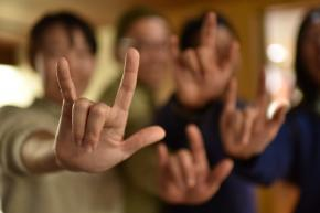 写真・図版 : 手話で「I LOVE YOU」=白井伸洋撮影