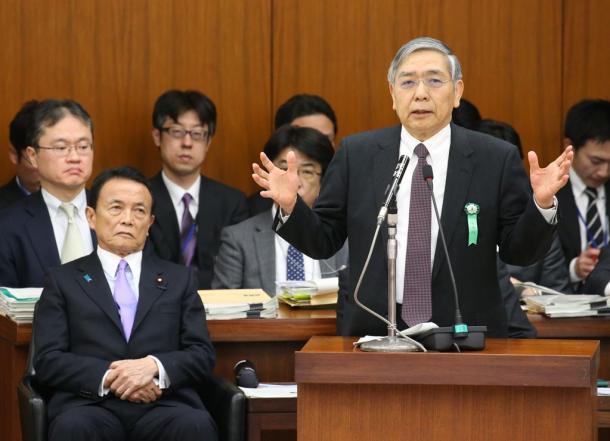 衆院財務金融委で答弁する黒田東彦日銀総裁(右)。左は麻生太郎財務相