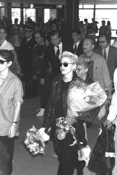 公演のため初来日した歌手のマドンナ=1987年6月11日、大阪空港