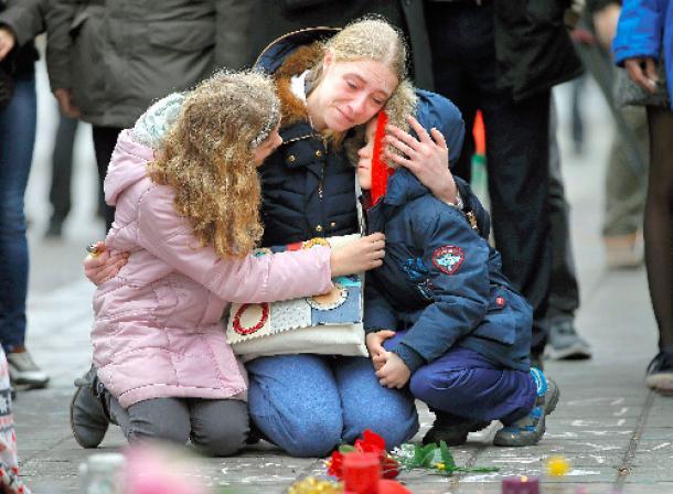 ブリュッセルの路上に設けられた追悼の場で3月23日、連続テロの犠牲者を悼む女性と子ども