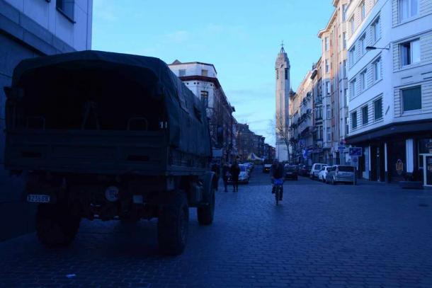 ブリュッセル西武モランベーク地区中心部は警備が強化され、軍用車が配備されていた=3月23日