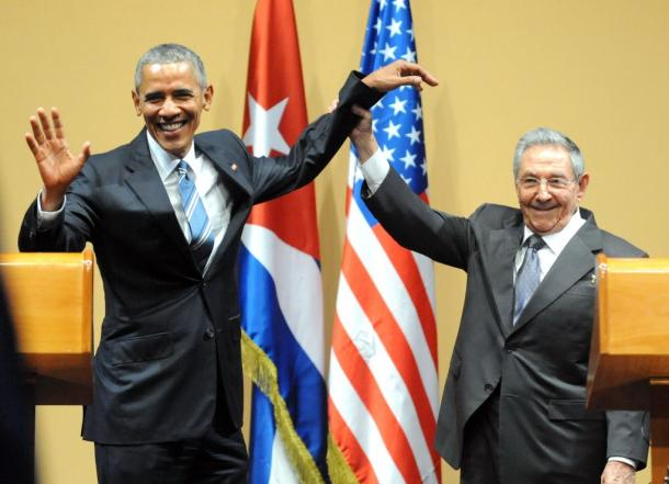 写真・図版 : オバマ大統領(左)とカストロ国家評議会議長=2016年3月21日、ハバナ