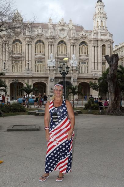 写真・図版 : 米国国旗の服を着た女性=アリシア・アロンソ劇場前で 撮影・筆者