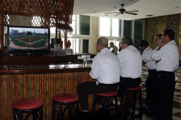 写真・図版 : キューバ対アメリカの親善野球を観戦するホテルのカフェ従業員=撮影・筆者