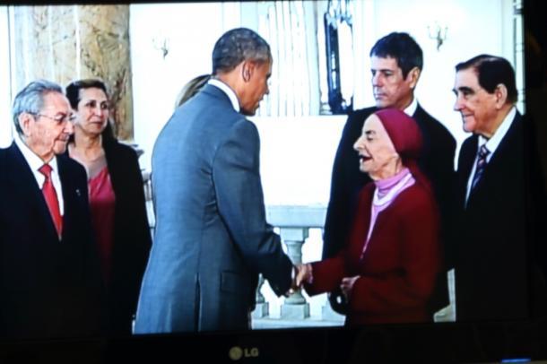 写真・図版 : オバマを迎えたアリシア・アロンソ女史(テレビ画面から)=撮影・筆者