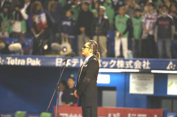 試合開始前に君が代独唱をする石井竜也さん20151027