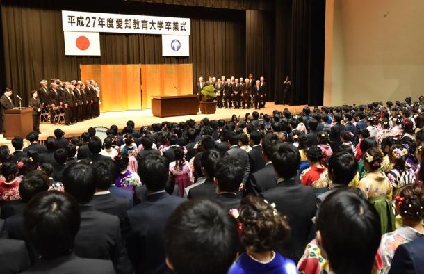 国歌斉唱する愛知教育大の卒業生と教職員ら=23日、愛知県刈谷市20160323