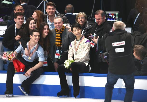 コーチらと記念撮影におさまる羽生結弦(最前列右)とハビエル・フェルナンデス