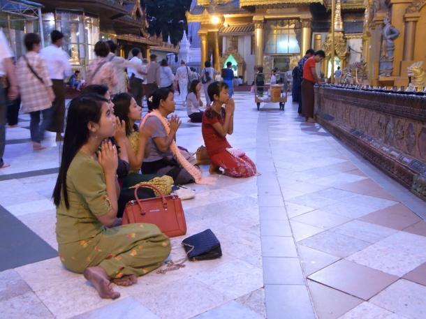 夕方の仕事帰りにシュエダゴンパゴダで祈る人々