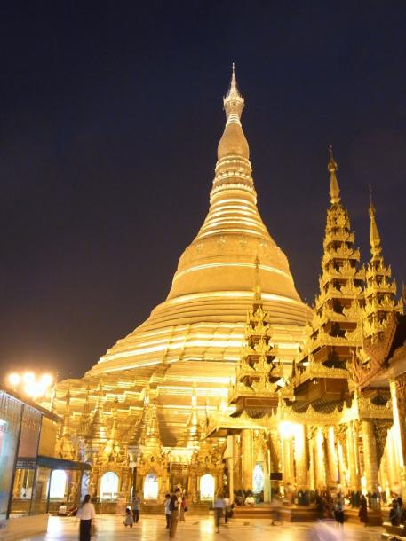 写真・図版 : 黄金に輝くシュエダゴン・パゴダ=ヤンゴンで 撮影・筆者