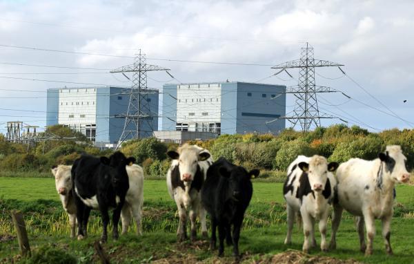 写真・図版 : 新規建設が承認された英国南西部にあるヒンクリーポイント原発=2013年10月。上田潤撮影