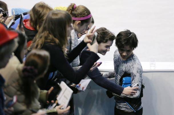 公式練習の後、ファンの女性と写真におさまる宇野昌磨