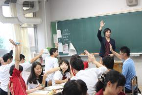 写真・図版 : 出前授業の際に、進行をする筆者