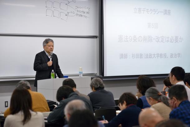 写真・図版 : 聴衆を前に講演する杉田敦教授