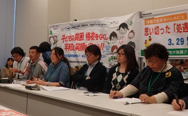 写真・図版 : 保育士の待遇改善を求める緊急集会には現役保育士や保護者ら約150人が集まった=2016年3月29日、東京・永田町の衆院議員会館