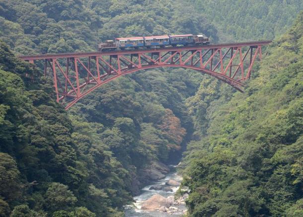 第一白川橋梁を渡る南阿蘇鉄道のトロッコ列車「ゆうすげ号」=南阿蘇村立野2012年