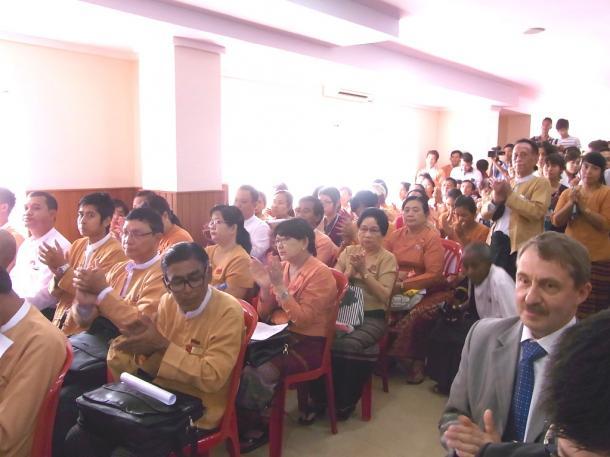 拍手するNLD集会の参加者たち
