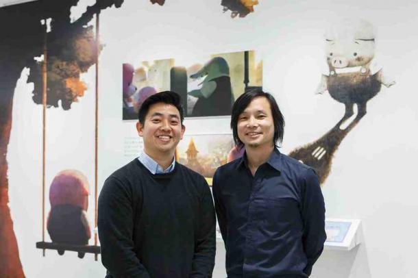 観覧客を笑顔で迎えたロバート・コンドウ氏(左)と堤大介氏(右)(提供/クリエイションギャラリーG8).jpg