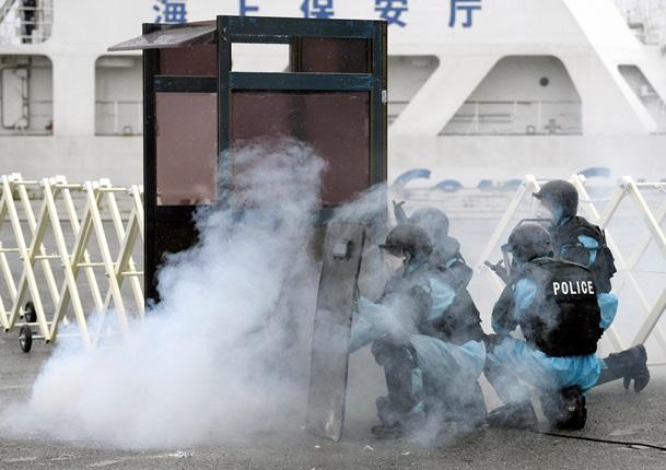 福島第二原発で行われた原発テロ対処訓練でテロリストに対処する銃器対策部隊=2013年5月11日、福島県富岡町、共同通信代表撮影