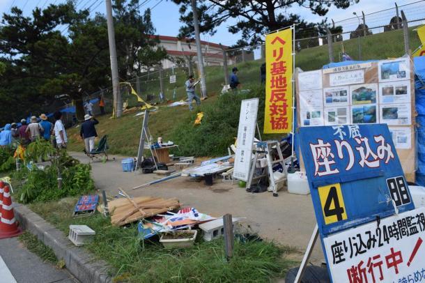 男らに襲撃された辺野古移設反対派のテントがあった現場。のぼりや看板なども壊され、歩道上に積まれていた=20日午前、沖縄県名護市20150920