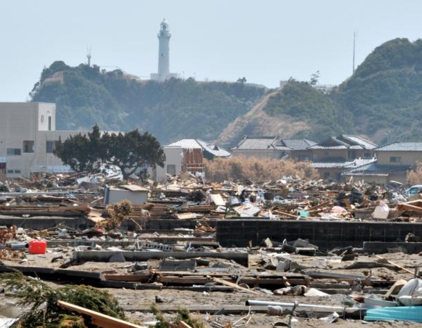 津波に襲われた平薄磯地区では、家の土台だけが残り、がれきが散乱していた=2011年4月10日、福島県いわき市