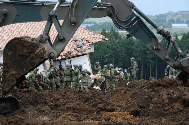 写真・図版 : 2台の重機が加わり急ピッチで捜索が進められる土砂崩れの現場=4月18日、熊本県南阿蘇村