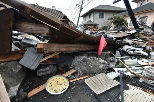 震災で倒れた住宅。時計は本震の午前1時25分で止まっていた=4月22日、熊本県益城町宮園地区